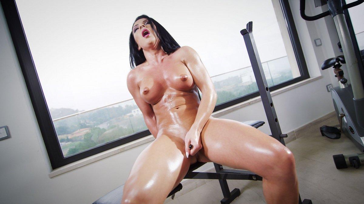 Женщина с шикарным телом мастурбирует в спортзале