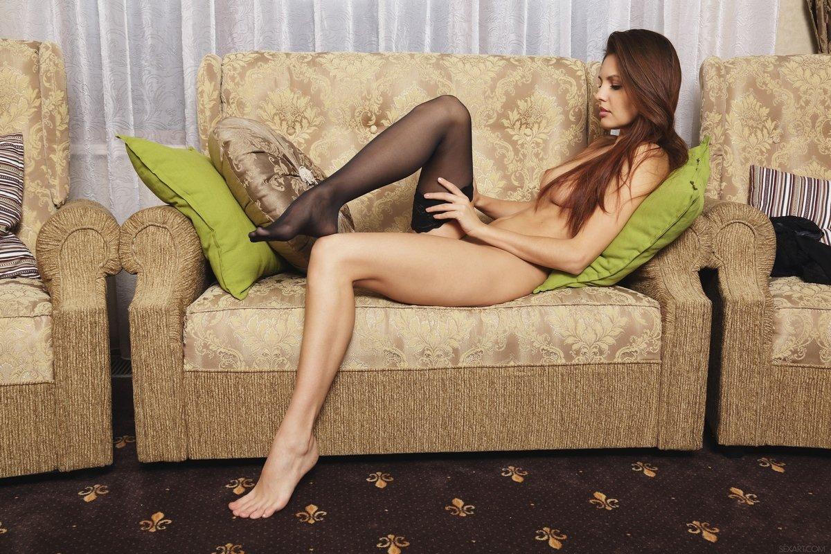 Красивая топ-модель спускает чулочки секс фото