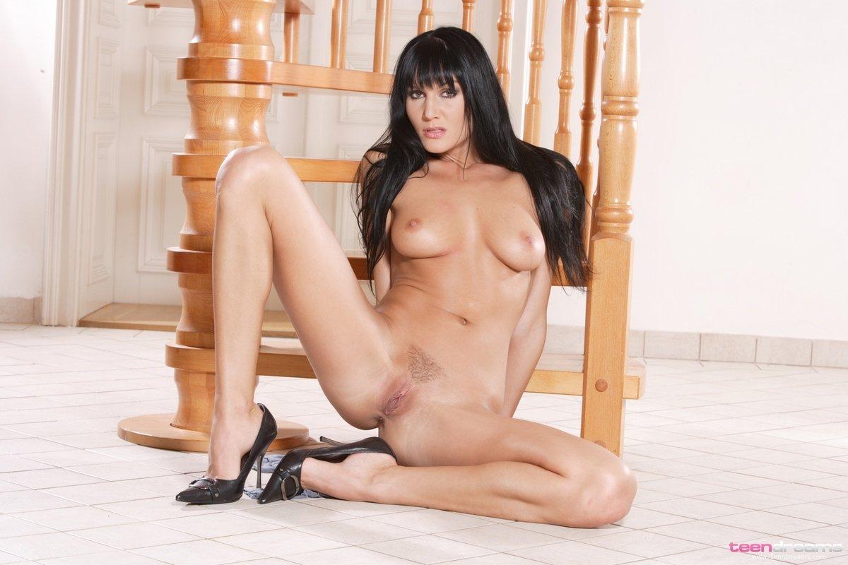 Супер сексуальная темноволосая девка с роскошными ногами