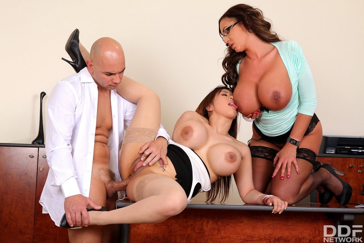 Порно дойки оргия