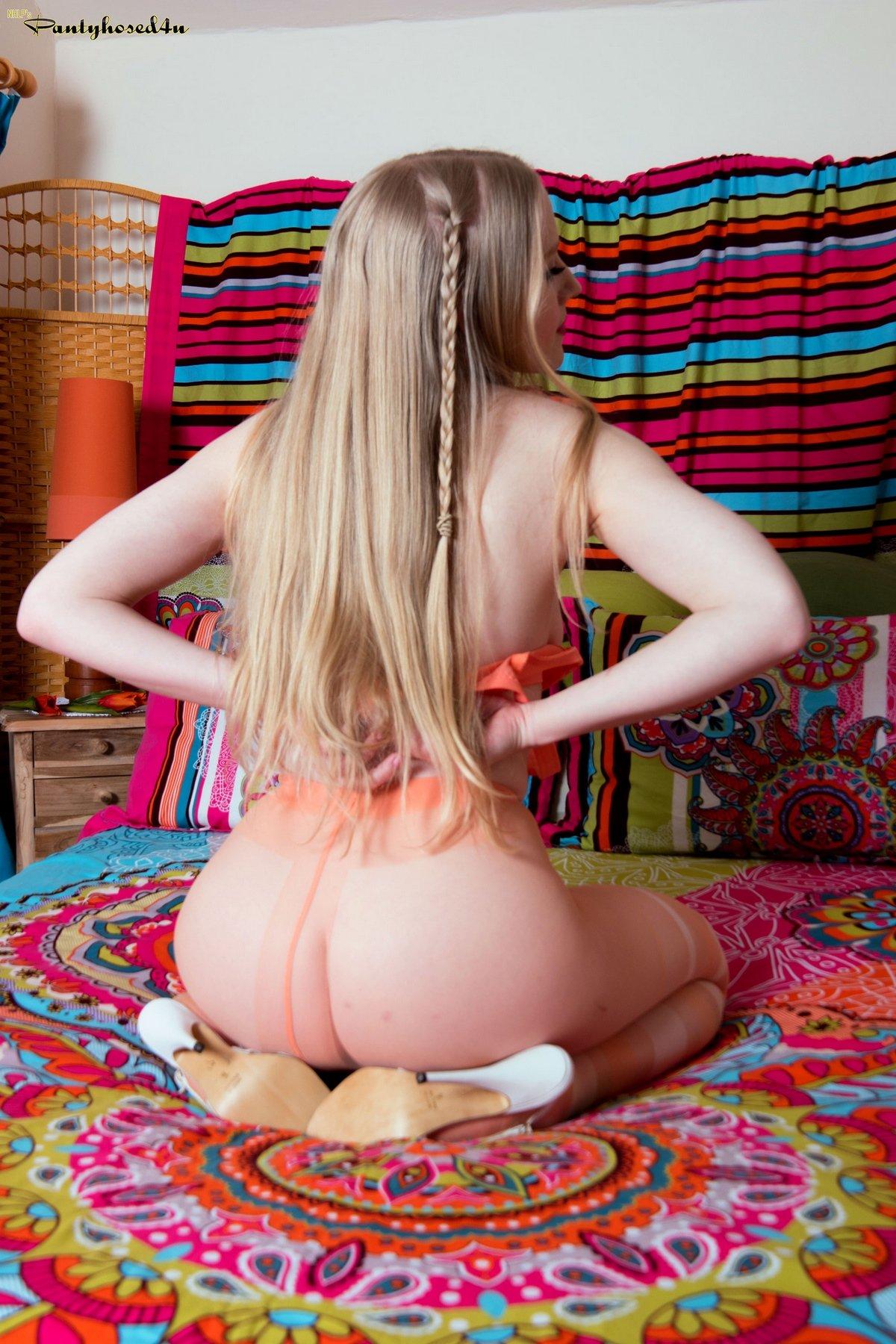 Классная блондиночка в ярких колготках на голое тело секс фото