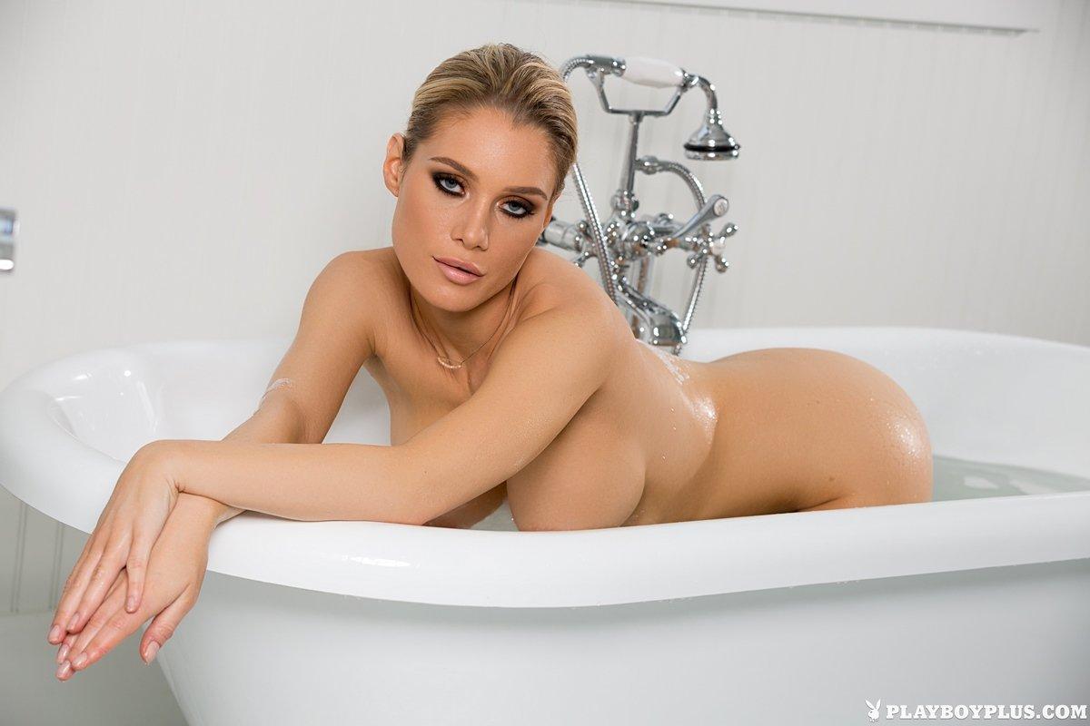 Супер сексуальная блондинка Anna Opsal в душе