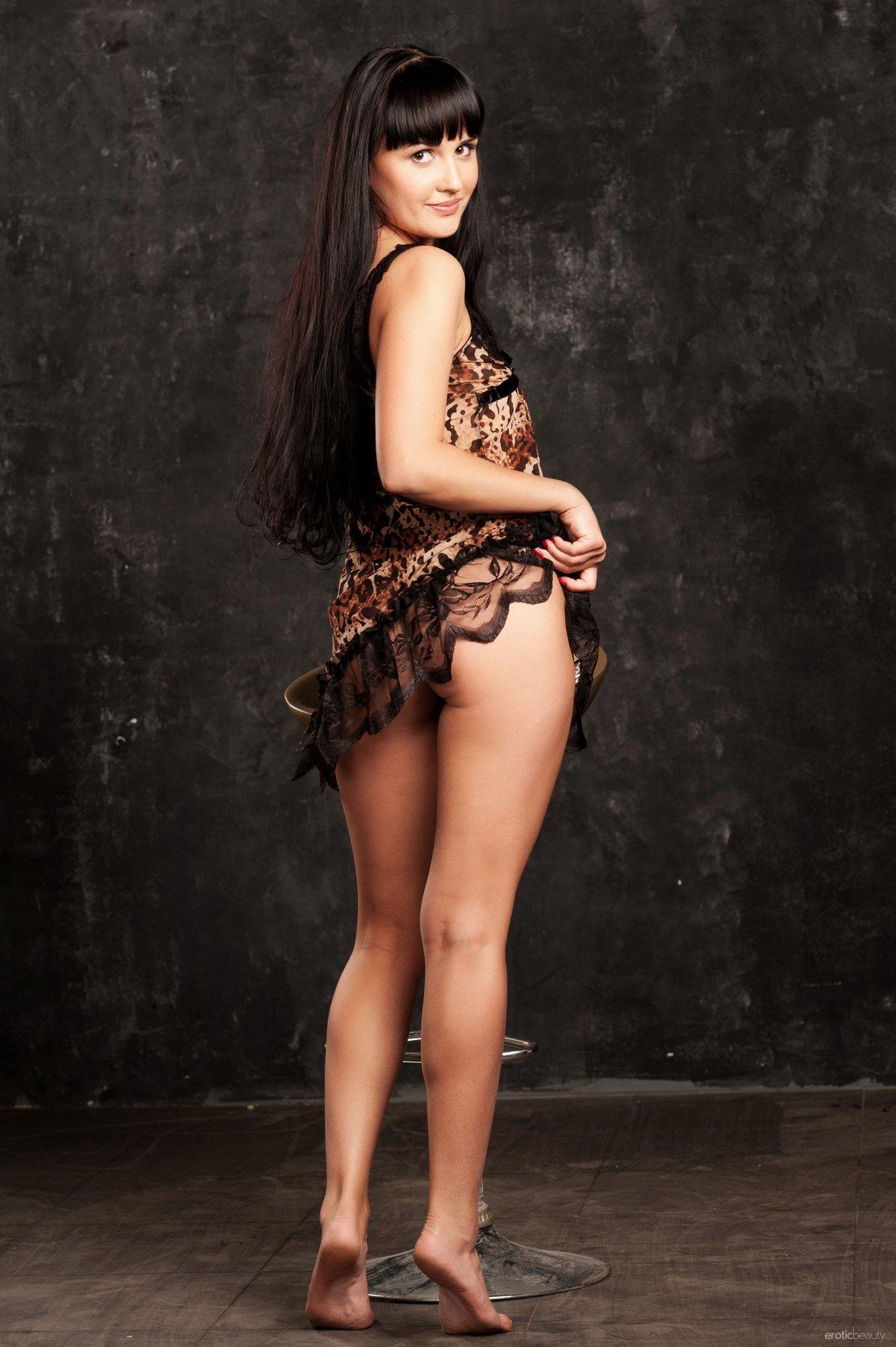 Темная шатенка с привлекательными волосами Lina