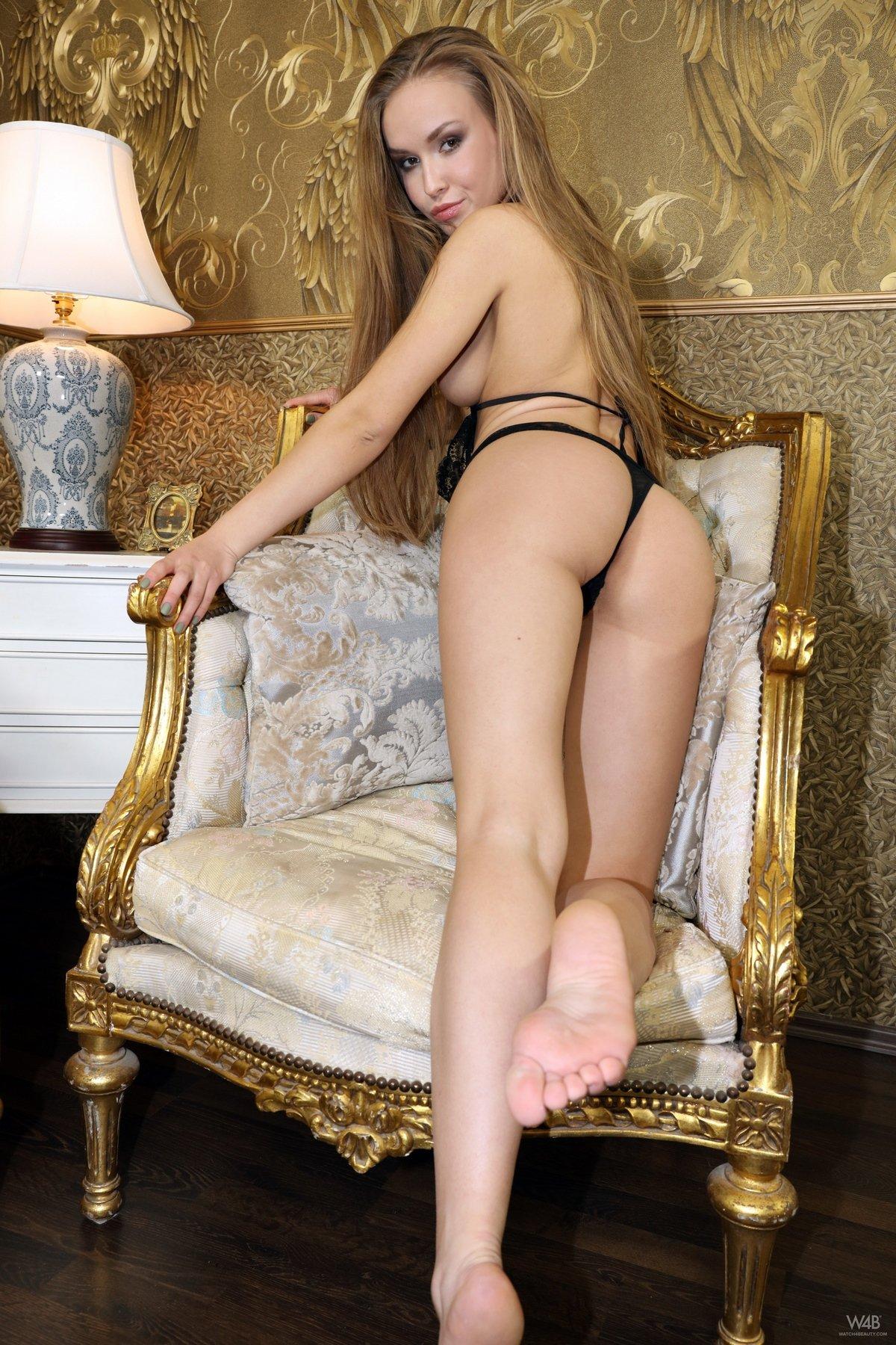 Интимные изображениях пёзды блондинки в кружевном боди
