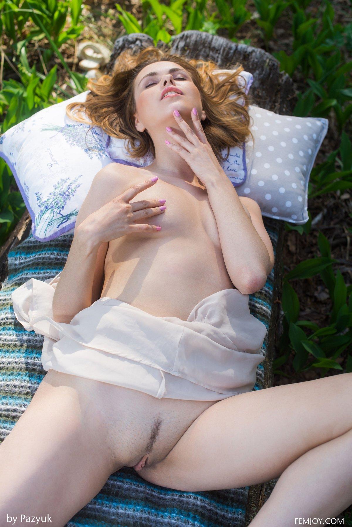 Фото привлекательной голой девки на природе