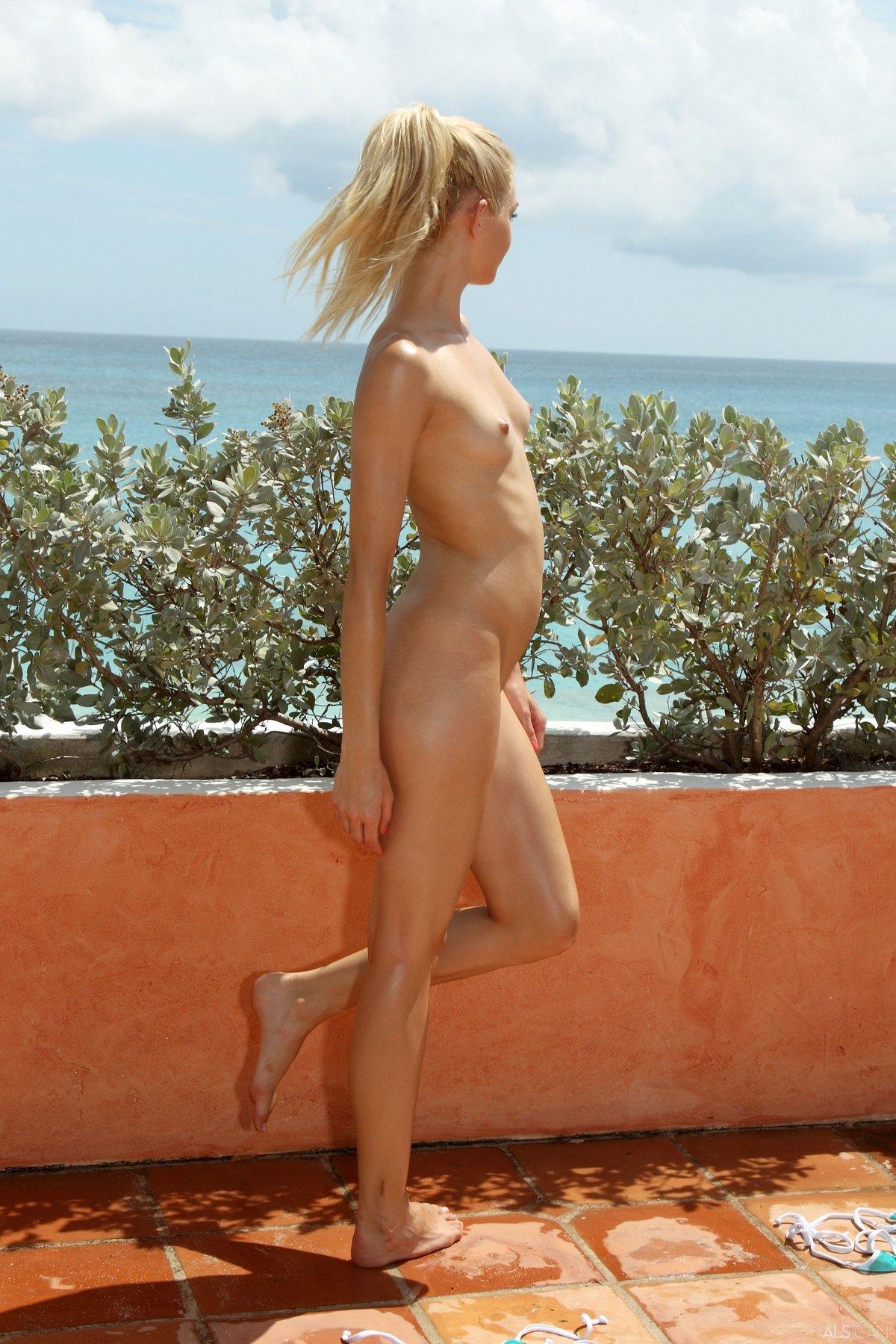 Голая блондинка с маленькой грудью на набережной