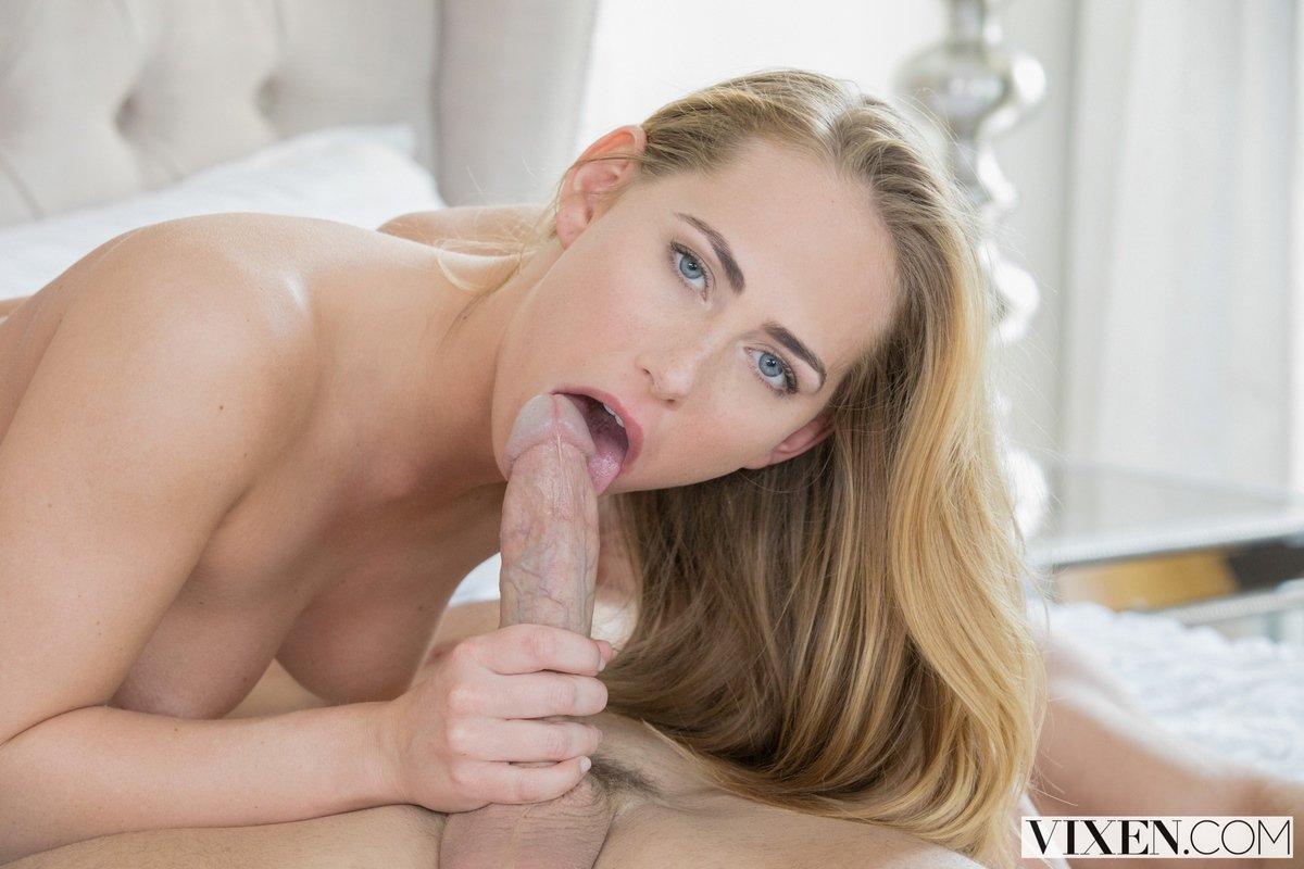 Красивая светловолосая девушка в носках - трах с лысым пареньком секс фото
