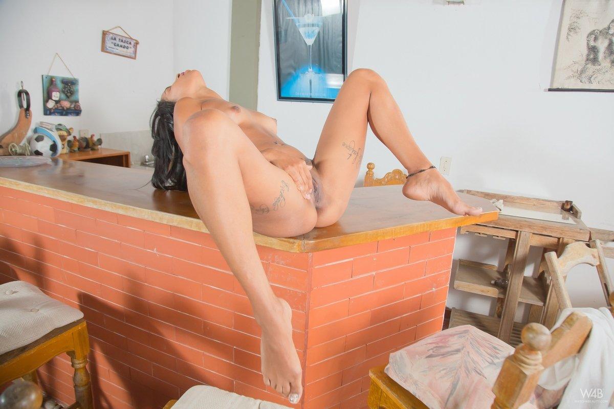 Смуглая русая порноактрисса оголяет тату на лобке секс фото