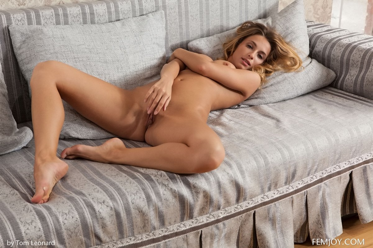 Фото голой красивой женщины с золотистыми волосами
