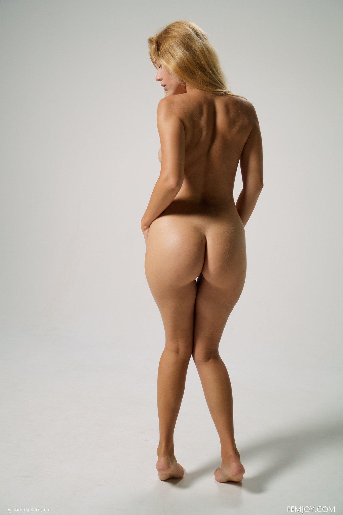 Молоденькая блондиночка в платье сетке на нагие буфера смотреть эротику