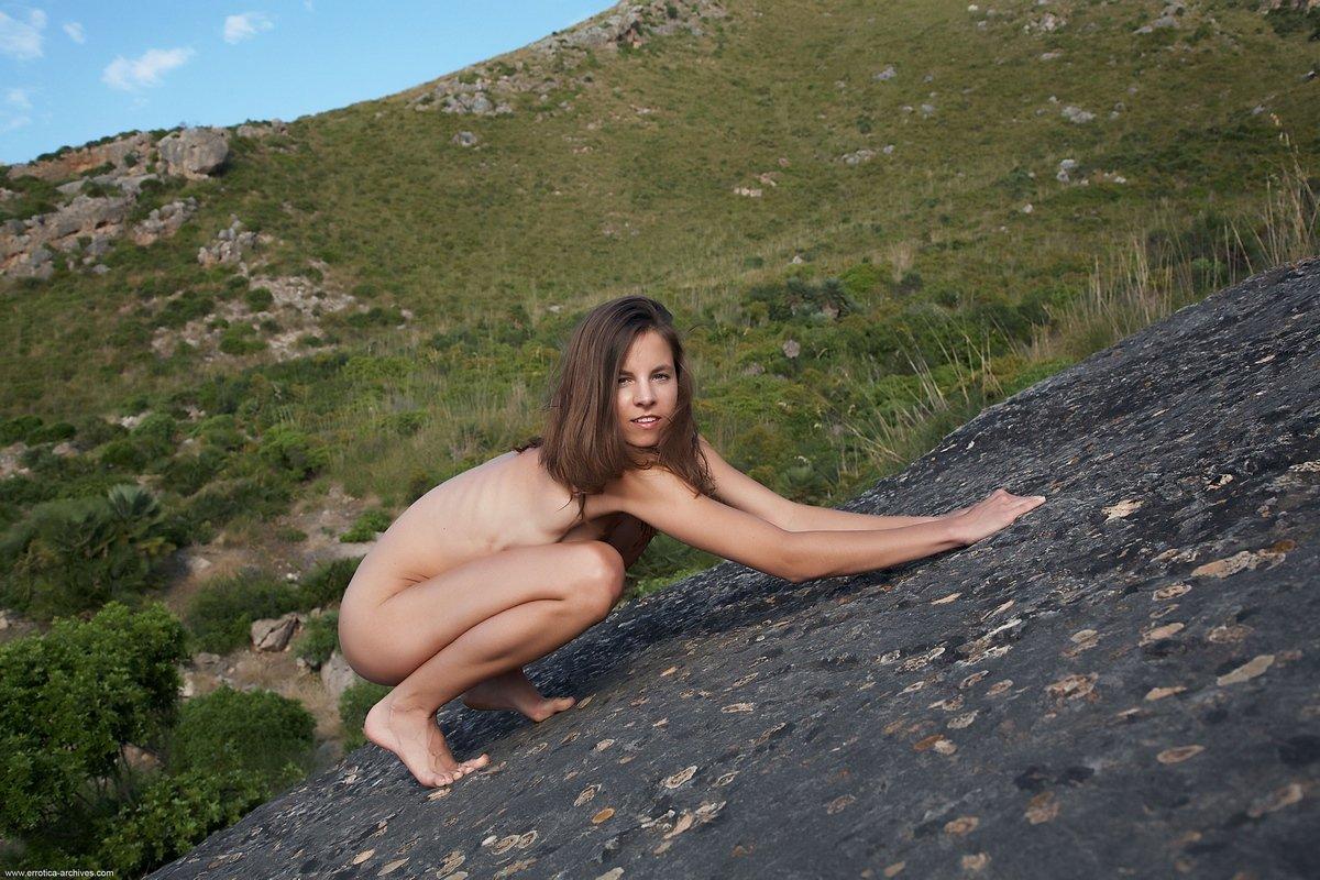 Голая девушка Antea в горах
