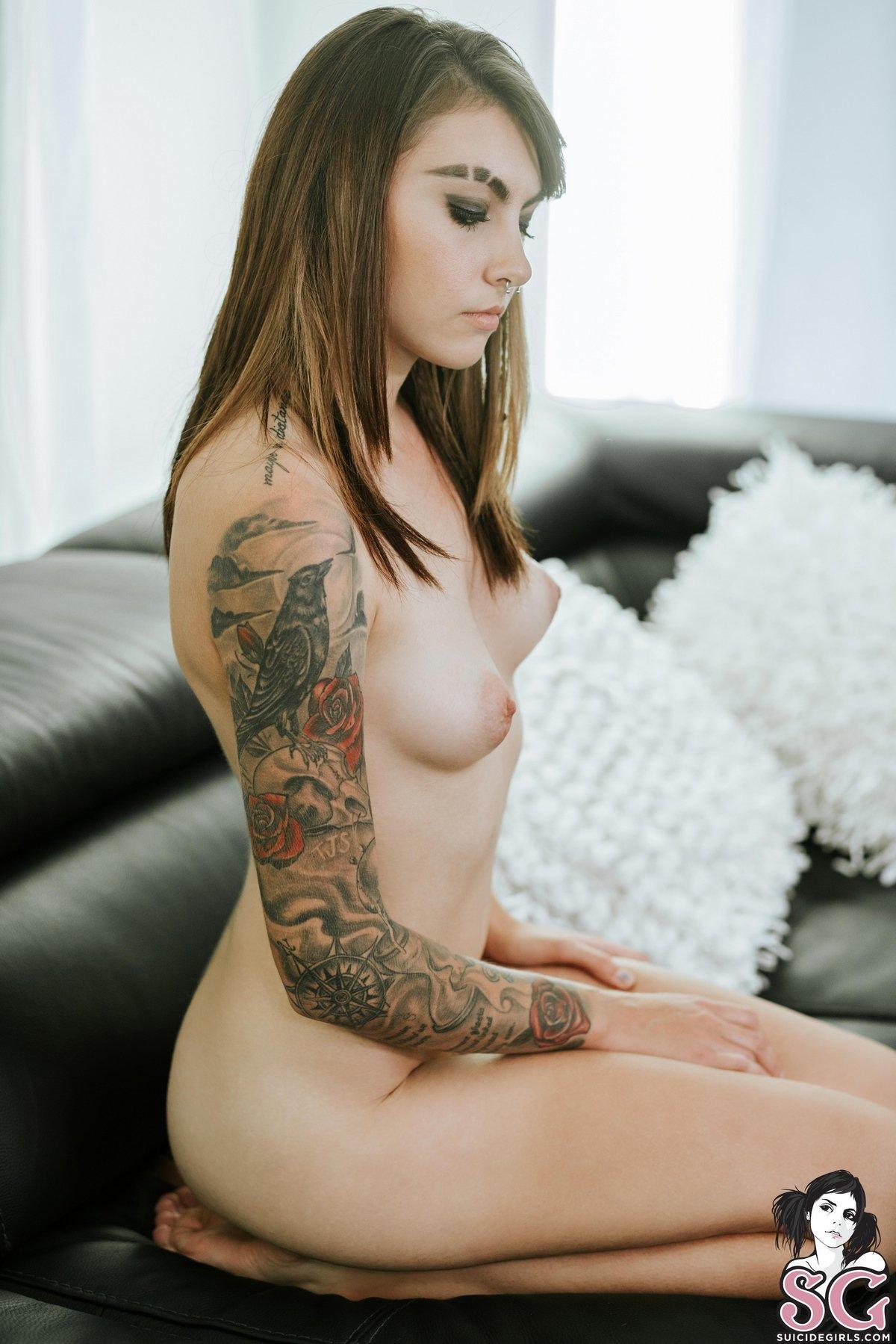 Мадам с татуировками на руке снимает кружевной боди