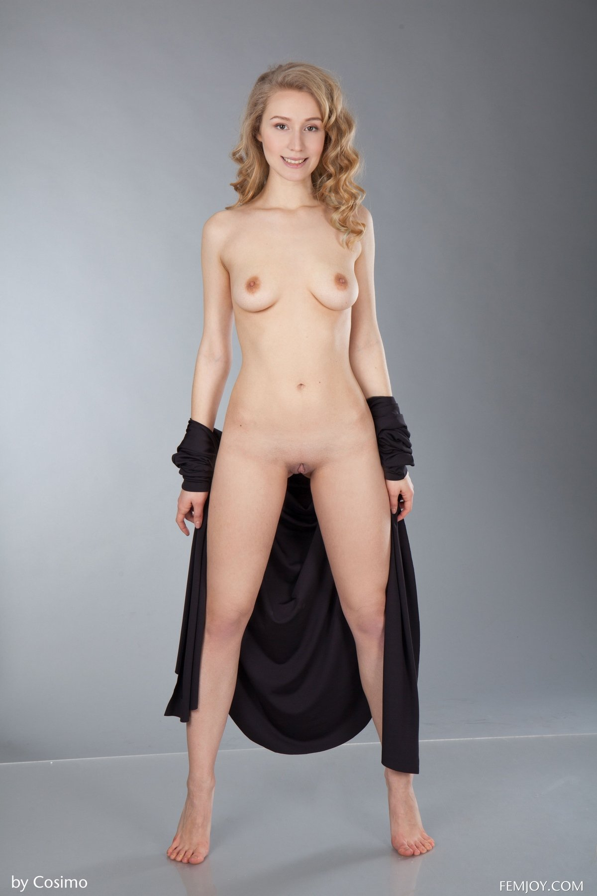 Фото возбужденной супермодели с золотистыми кудряшками секс фото