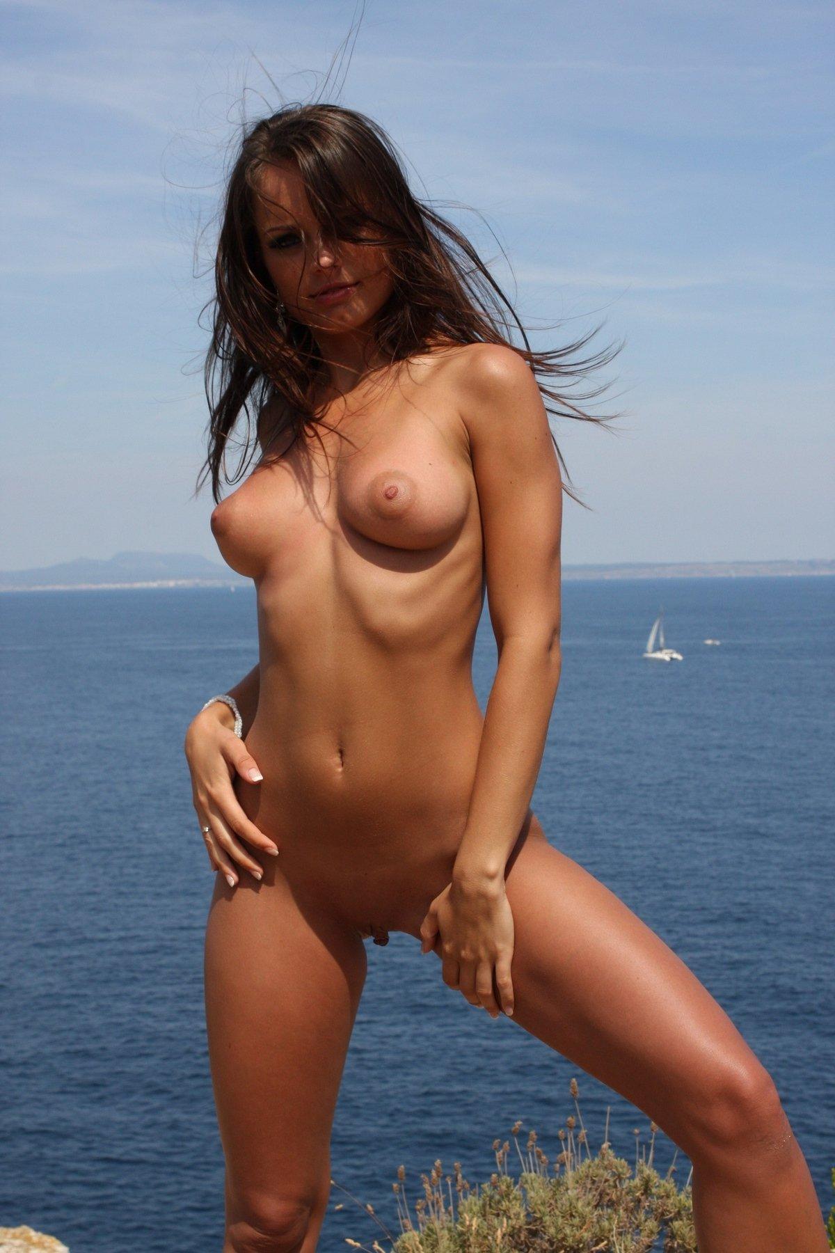 Милая сучка в трусах у моря