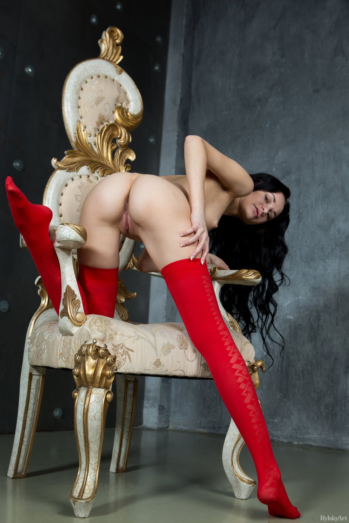 Неимоверно милая шатенка в красных гетрах
