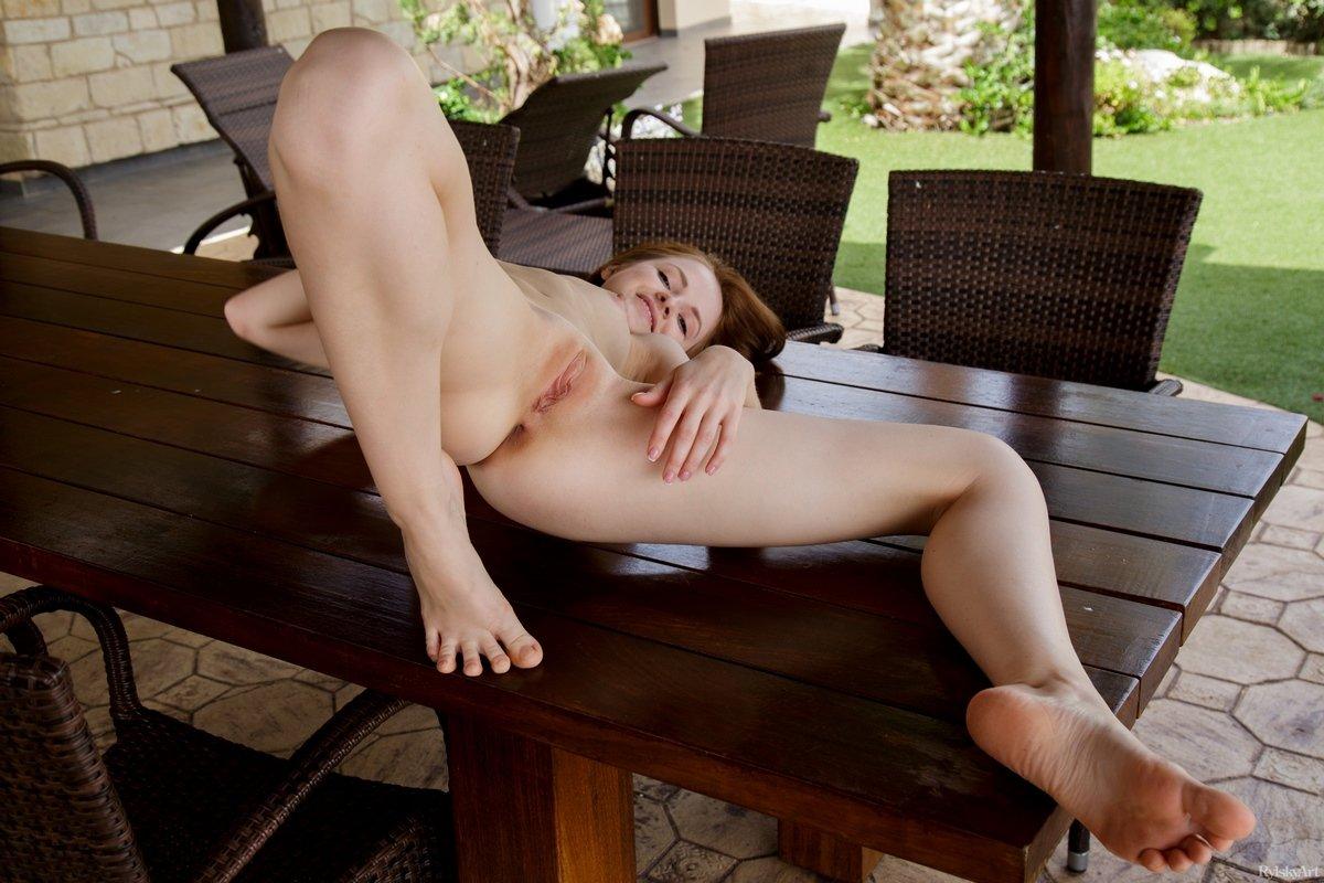Баба с небольшими дойками растопыривает ноги на столике