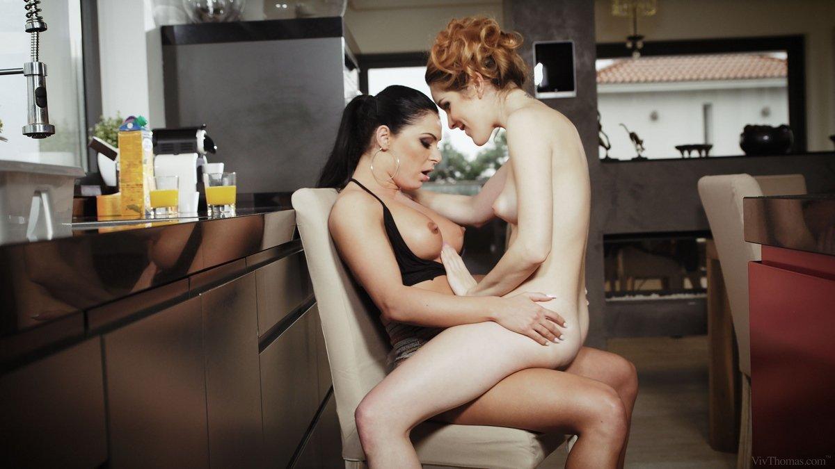 Озорные ласки страстных лесбияночек в домашних условиях
