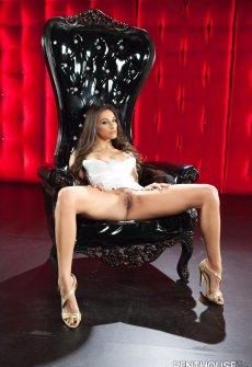 Красотка Celeste Star эротически позирует интересах журнала Penthouse