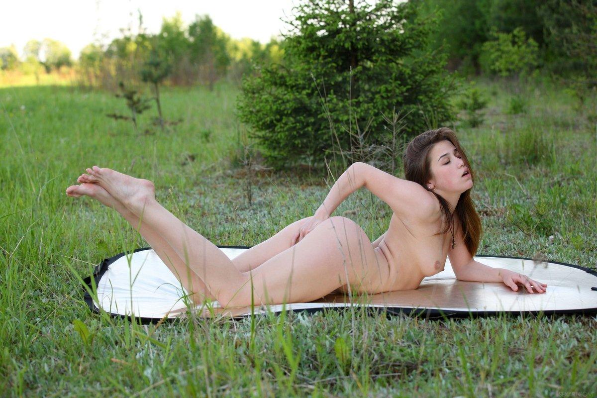 Привлекательная баба теребонькает на поляне