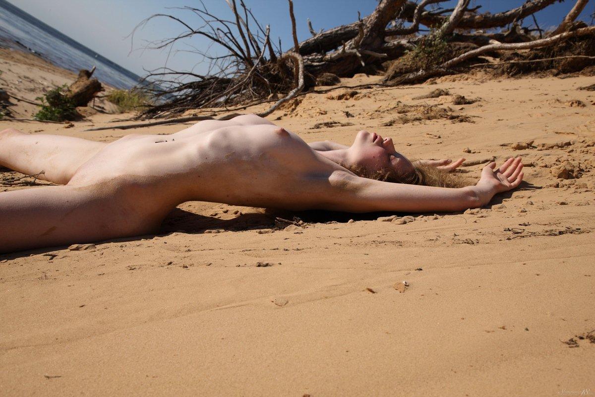 Стройная голая мадам Nicole у моря