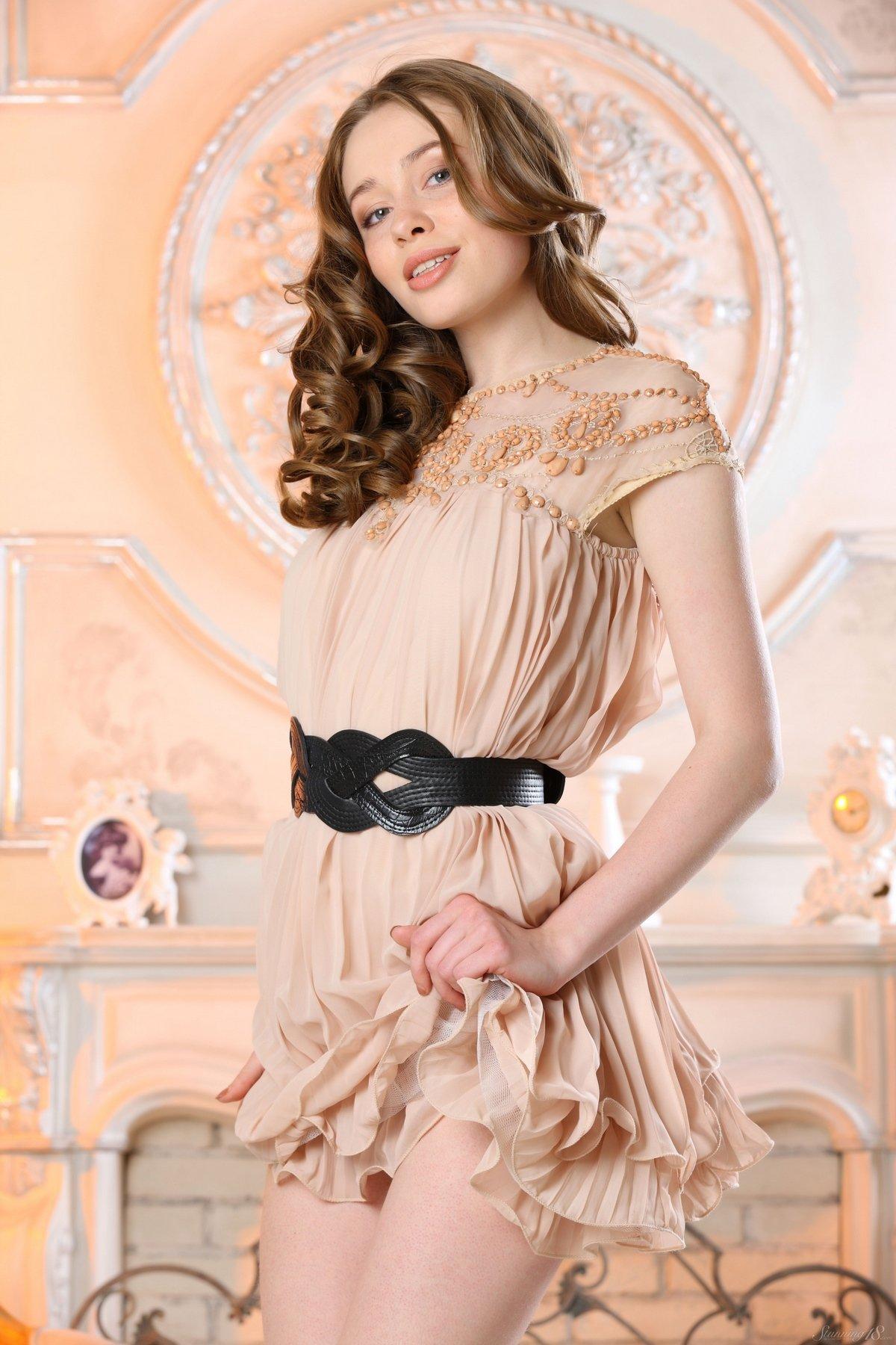 Милашка в коротком платье продемонтстрировала роскошные ноги