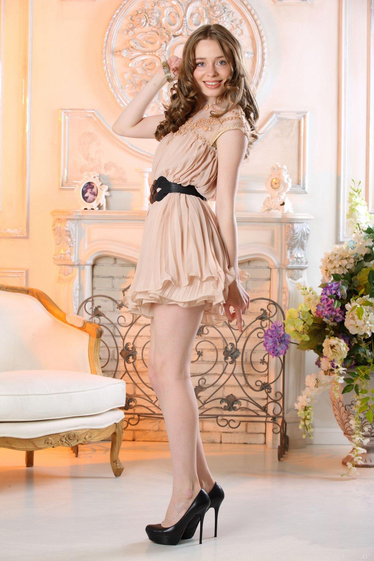 Сексапильная милашка в коротком платье