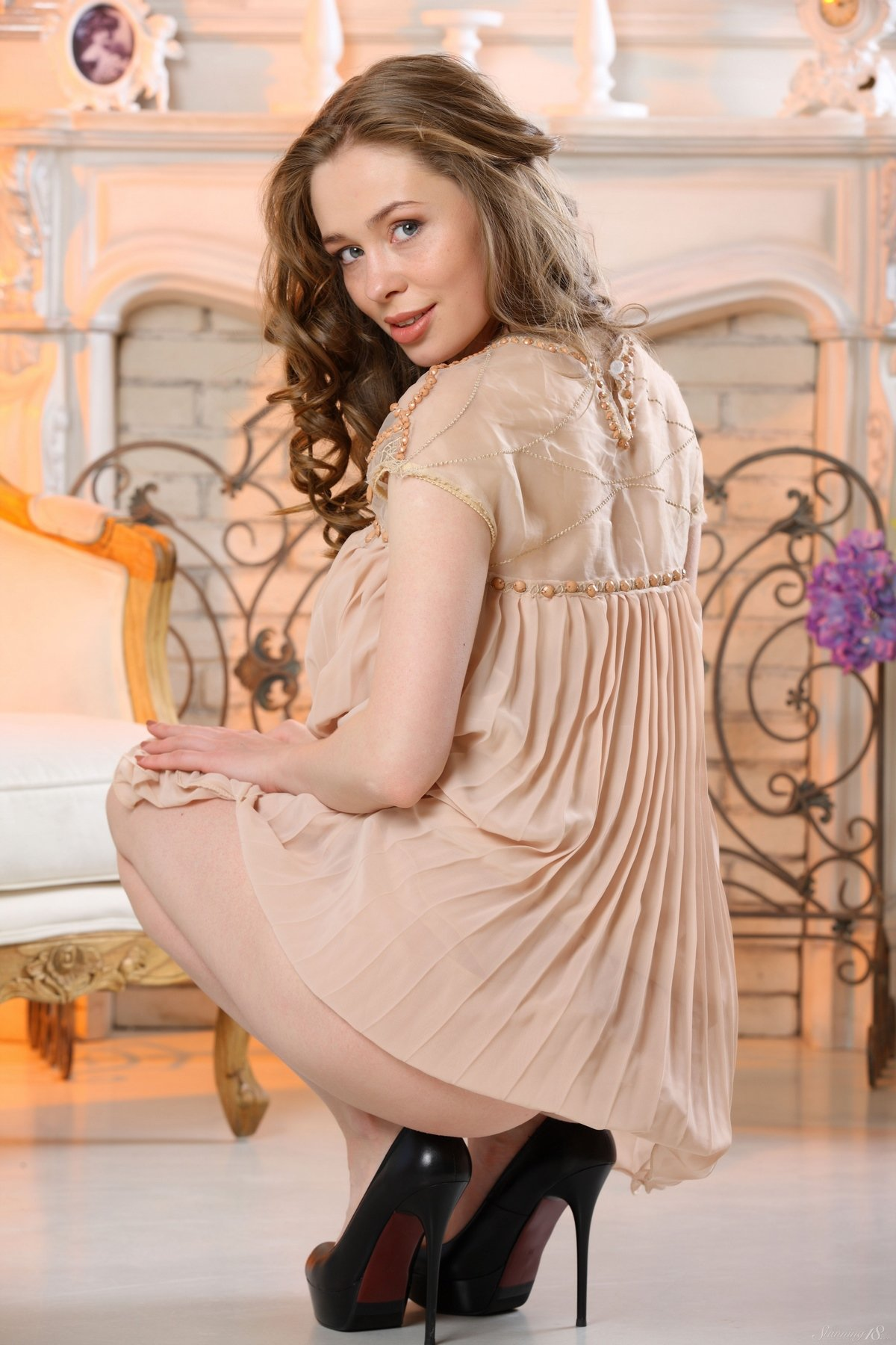Милашка в коротком платье показала красивые ножки