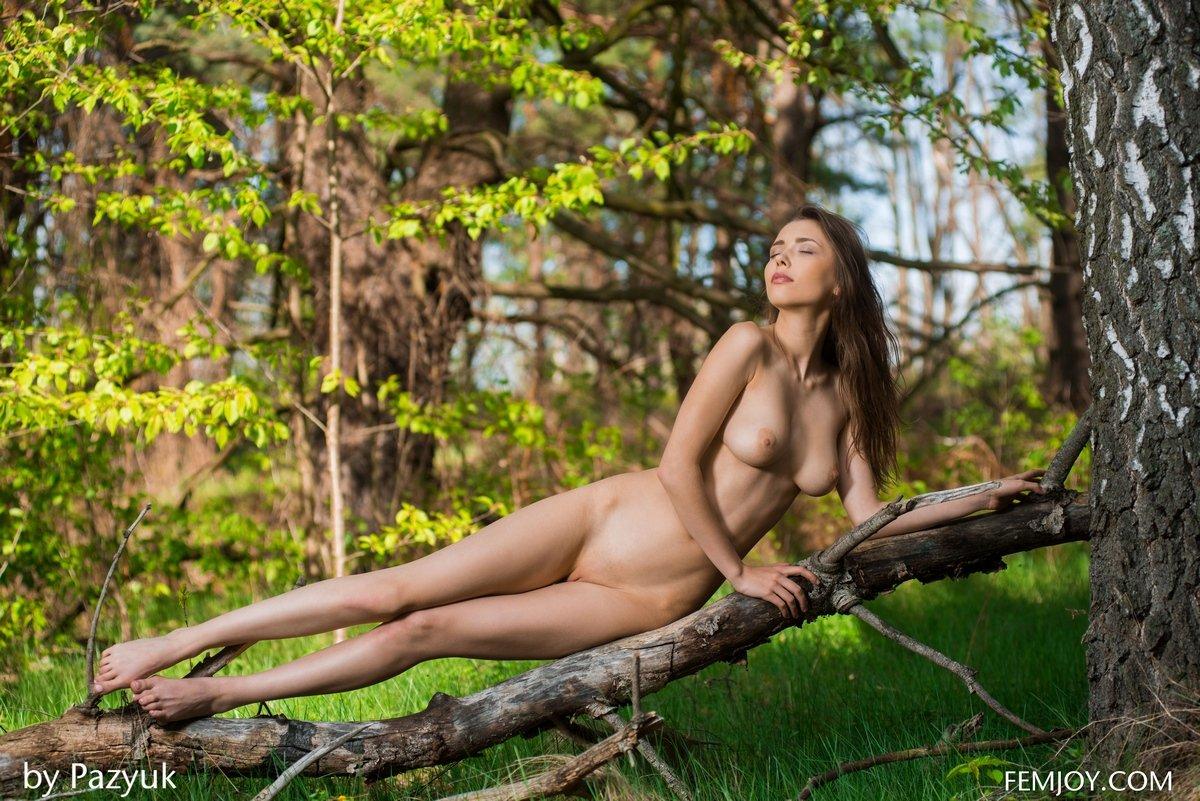 Стройняшка Milla раздетая с корзинкой в лесу