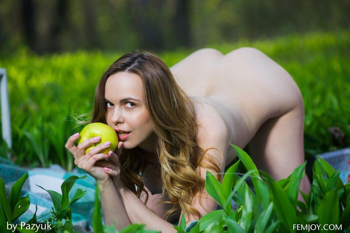 Голая мамаша с яблоками в безлюдном месте