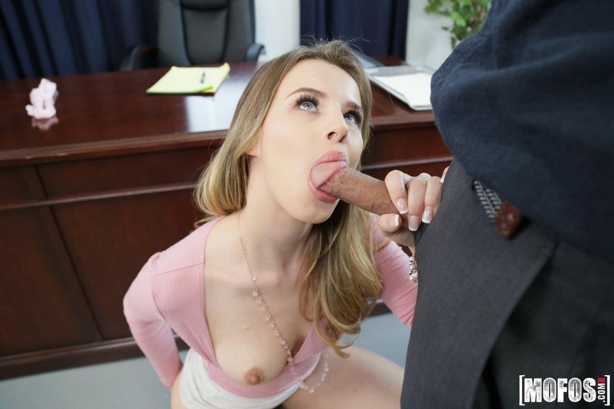 Молодая красивая секретарша кончает
