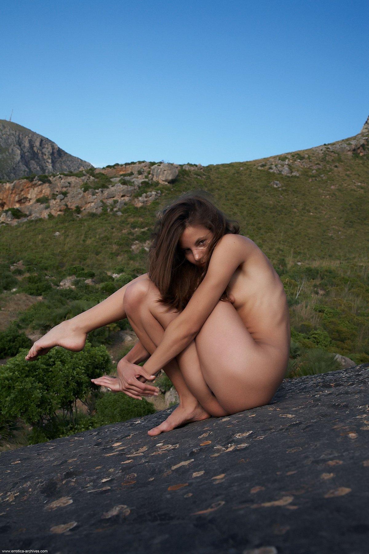 Смуглая фрау Antea голая в горах