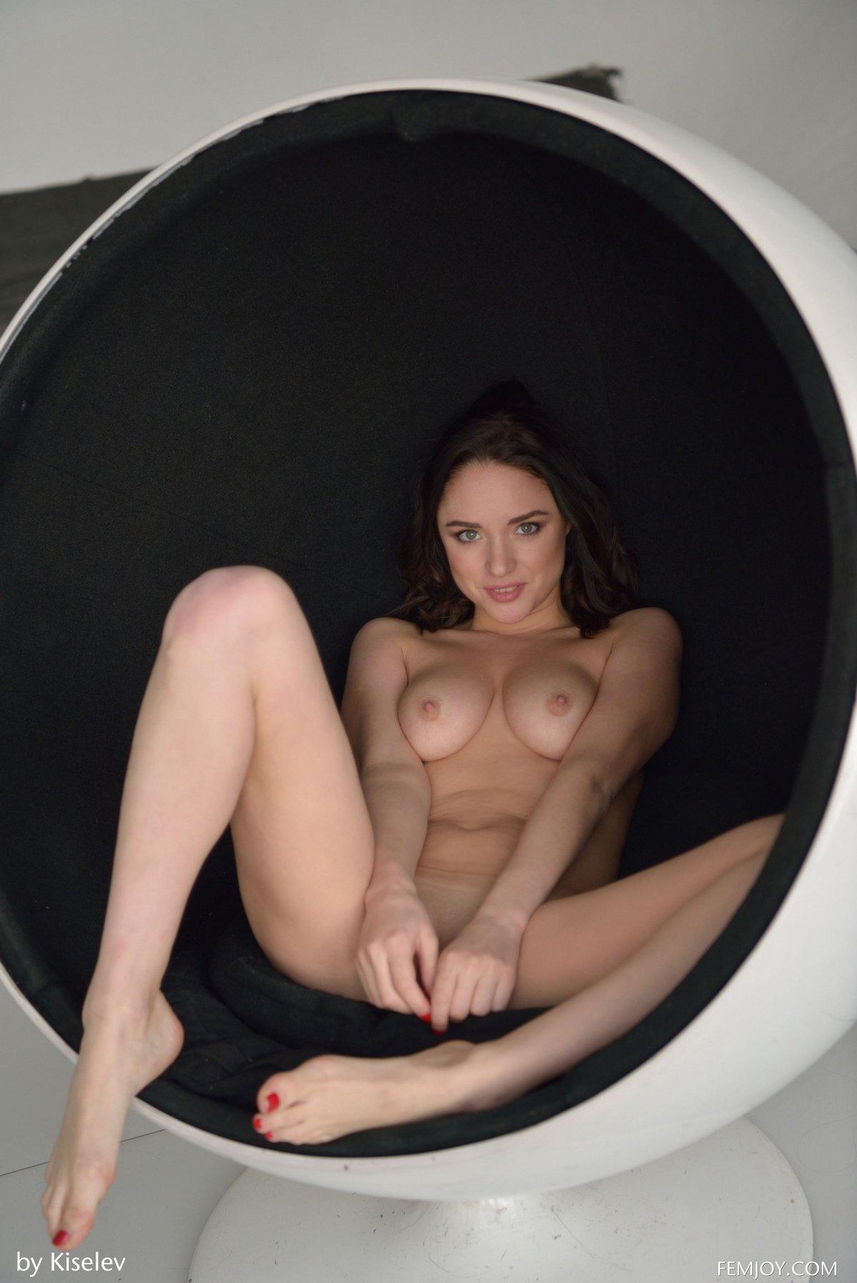 Сексапильная тёмненькая Nika в круглом кресле