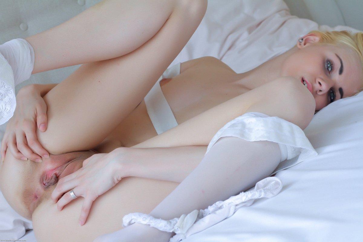 Эротика телок с голыми острыми сиськами 15 фото эротики