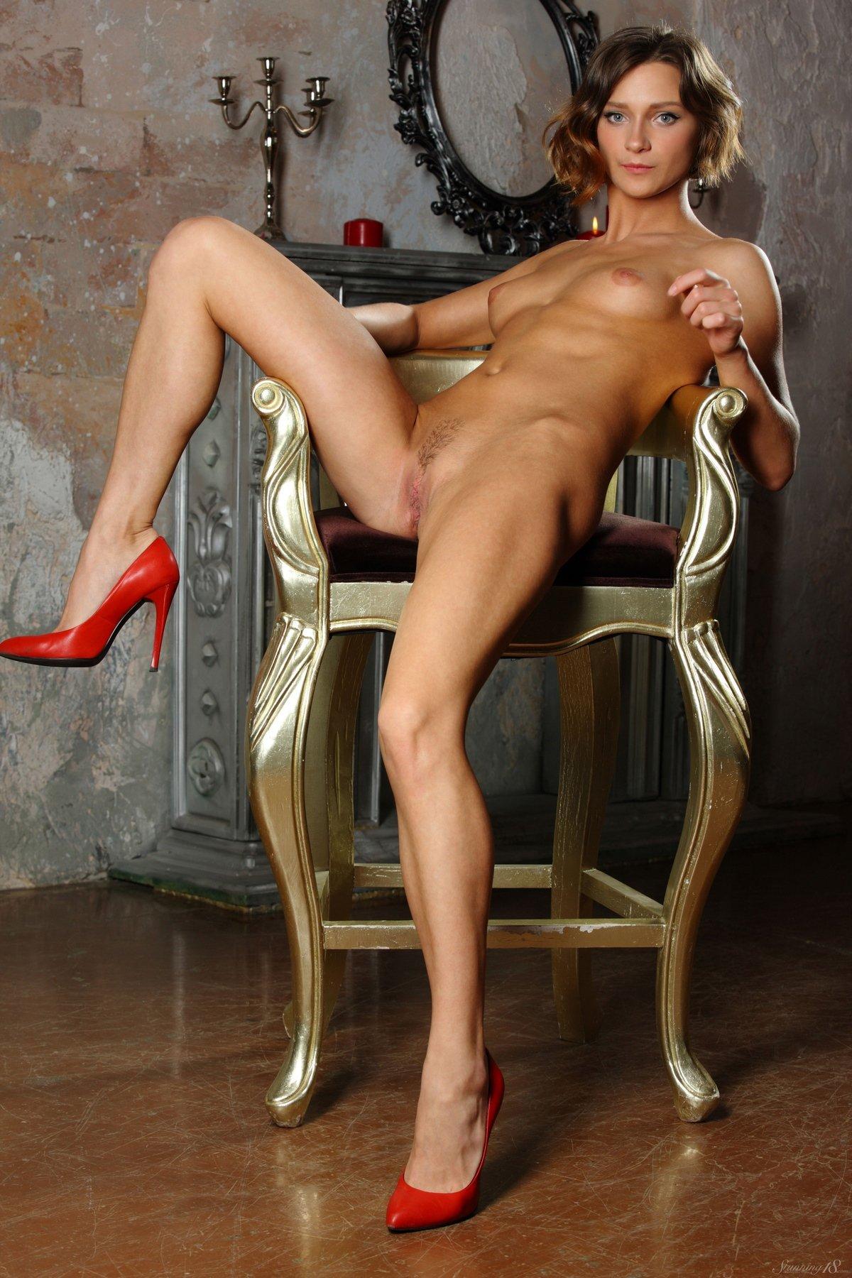 Загорелая девка в красных туфлях