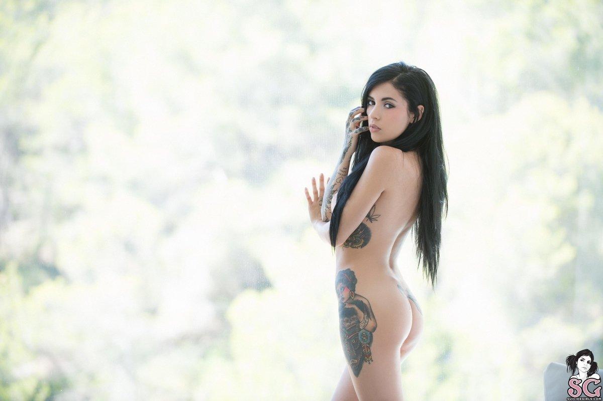 Брюнетка с татуировками снимает белые трусики