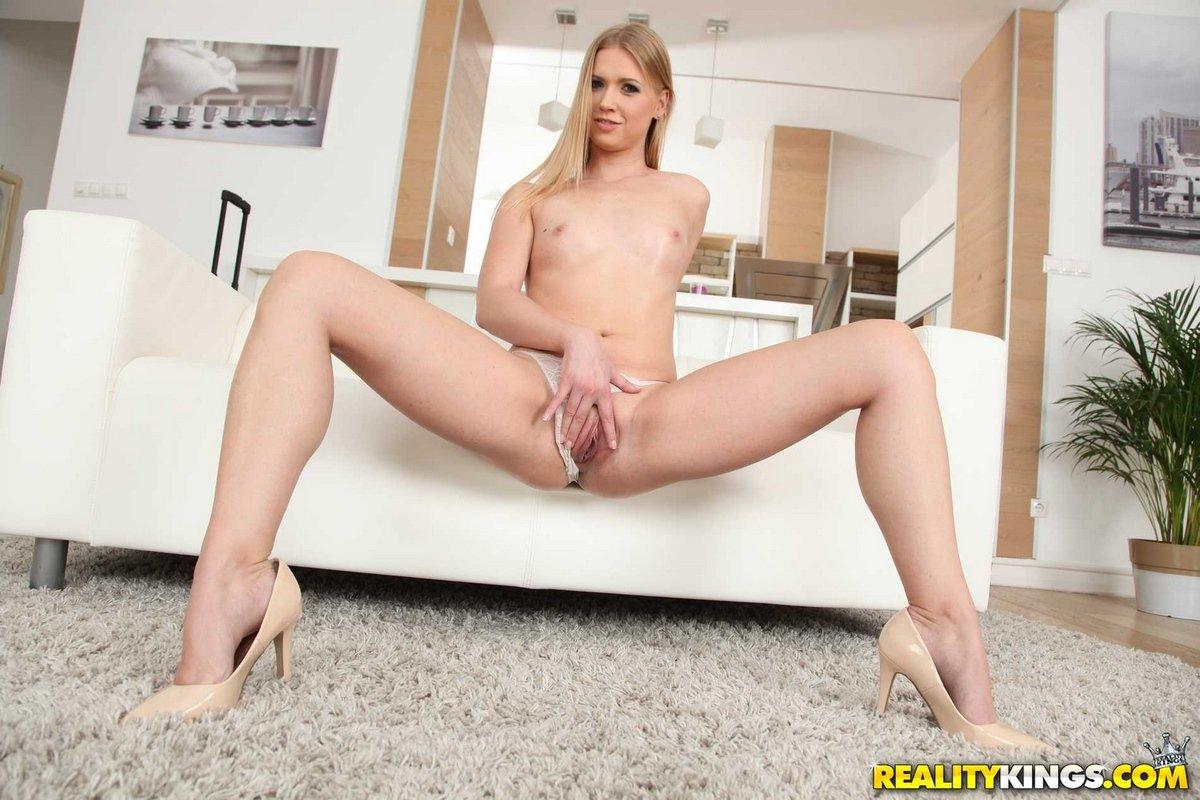 Блондиночка смазала кремом плоские дойки