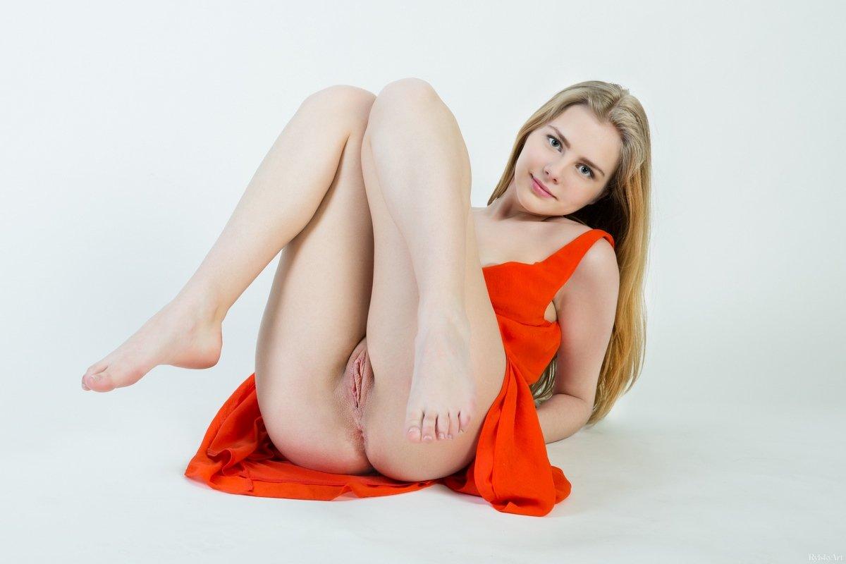 Marit Auranti откровенно позирует в красном платье