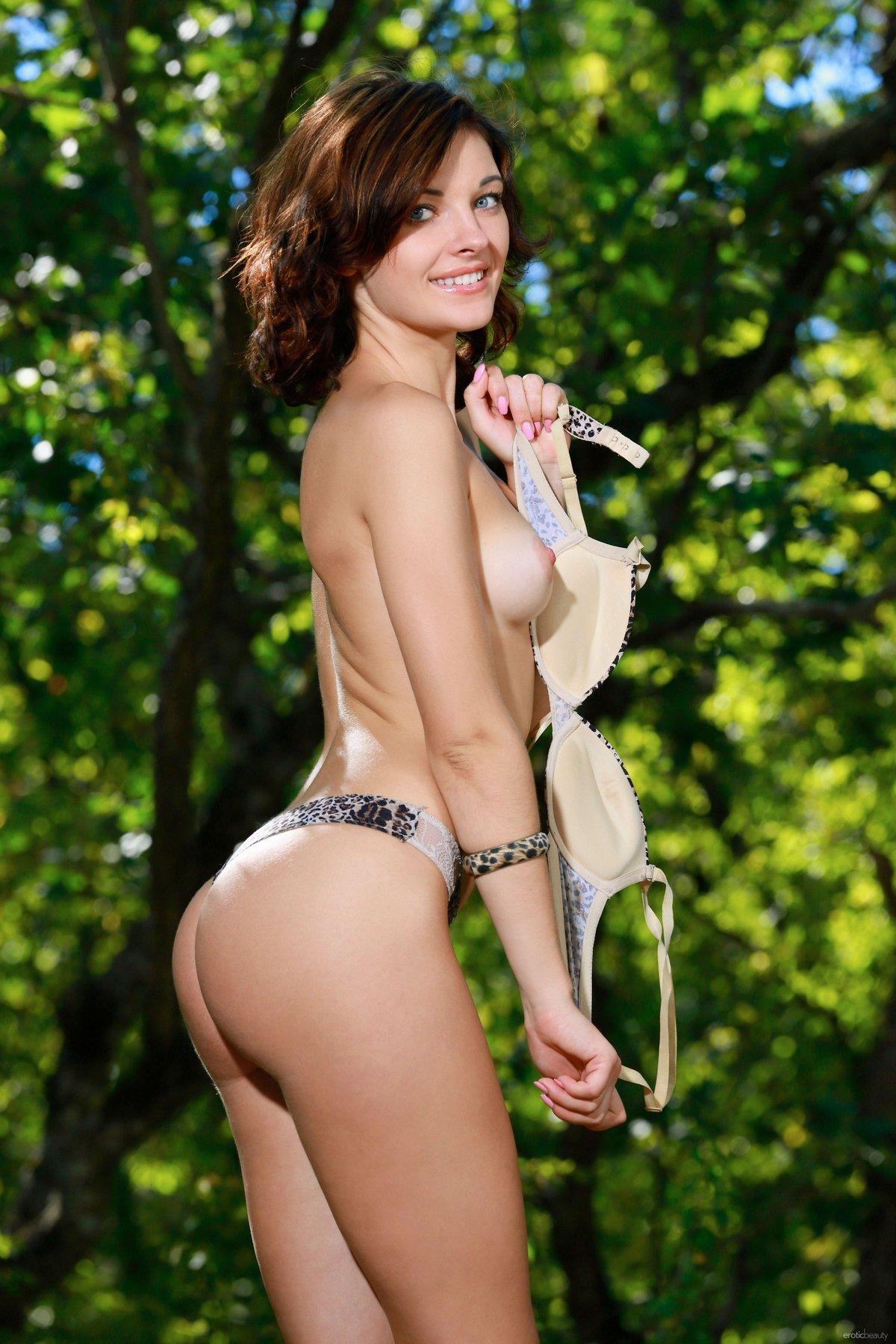Ню красивой девушки в леопардовом купальнике