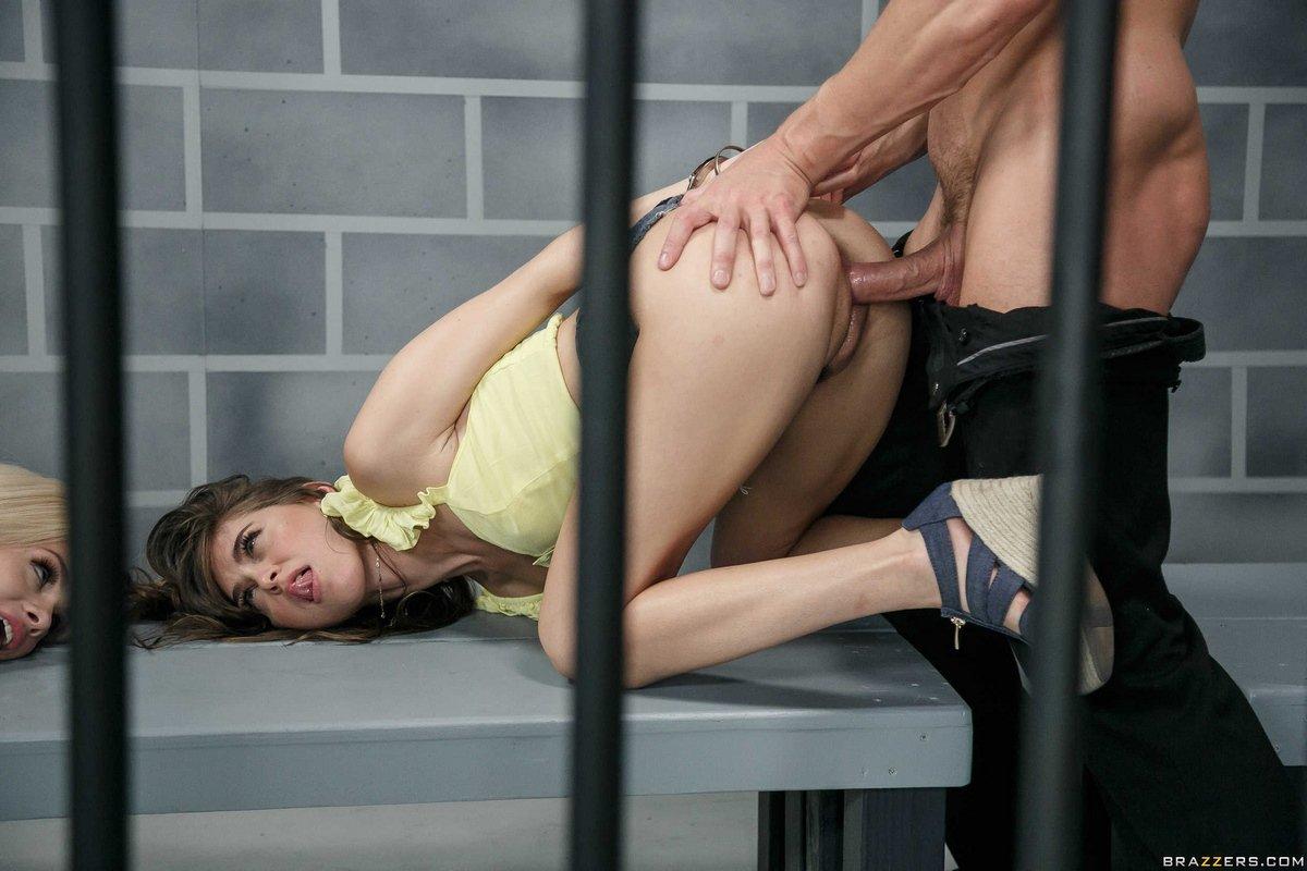 Riley Reid и Elsa Jean секс в тюремной камере секс фото