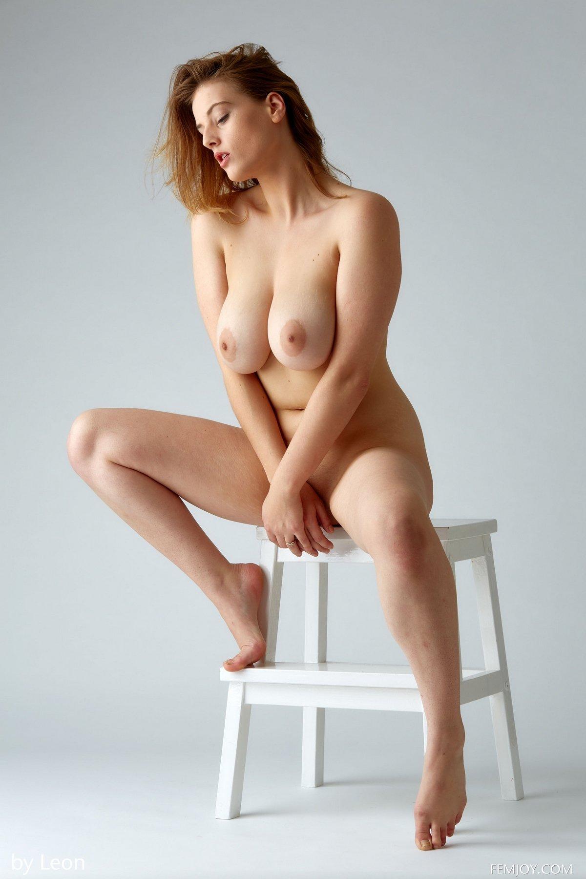 Яркая рыжеволосая модель с огромными сиськами