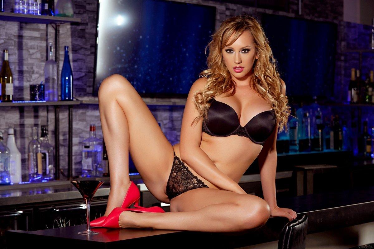Эротика супер сексуальной блондинки в красных туфлях