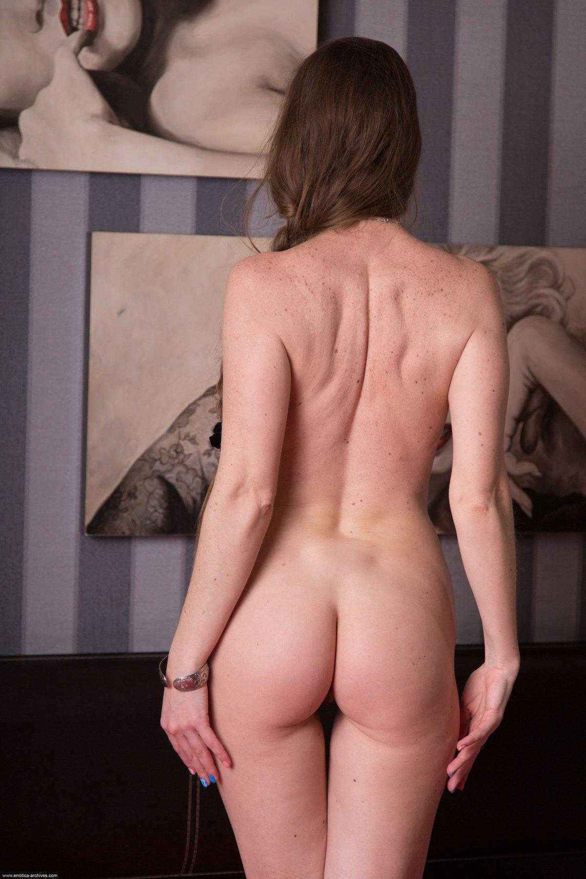 Молодая мамка продемонтстрировала интимную стрижку на пизде