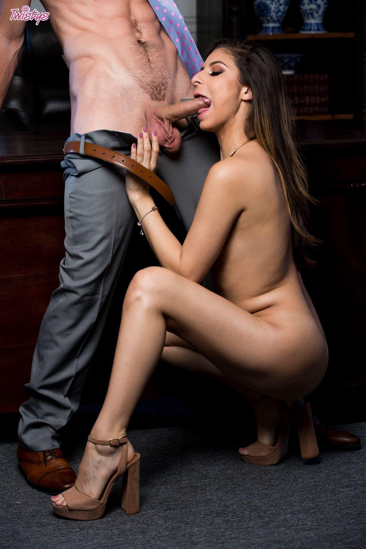 Интим с 19-летней мамкой на столе секс фото