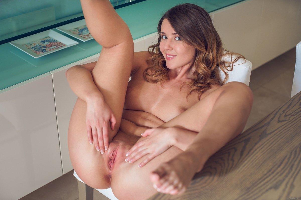 Раздетая девка с кудряшками раздвигает ножки на столе смотреть эротику