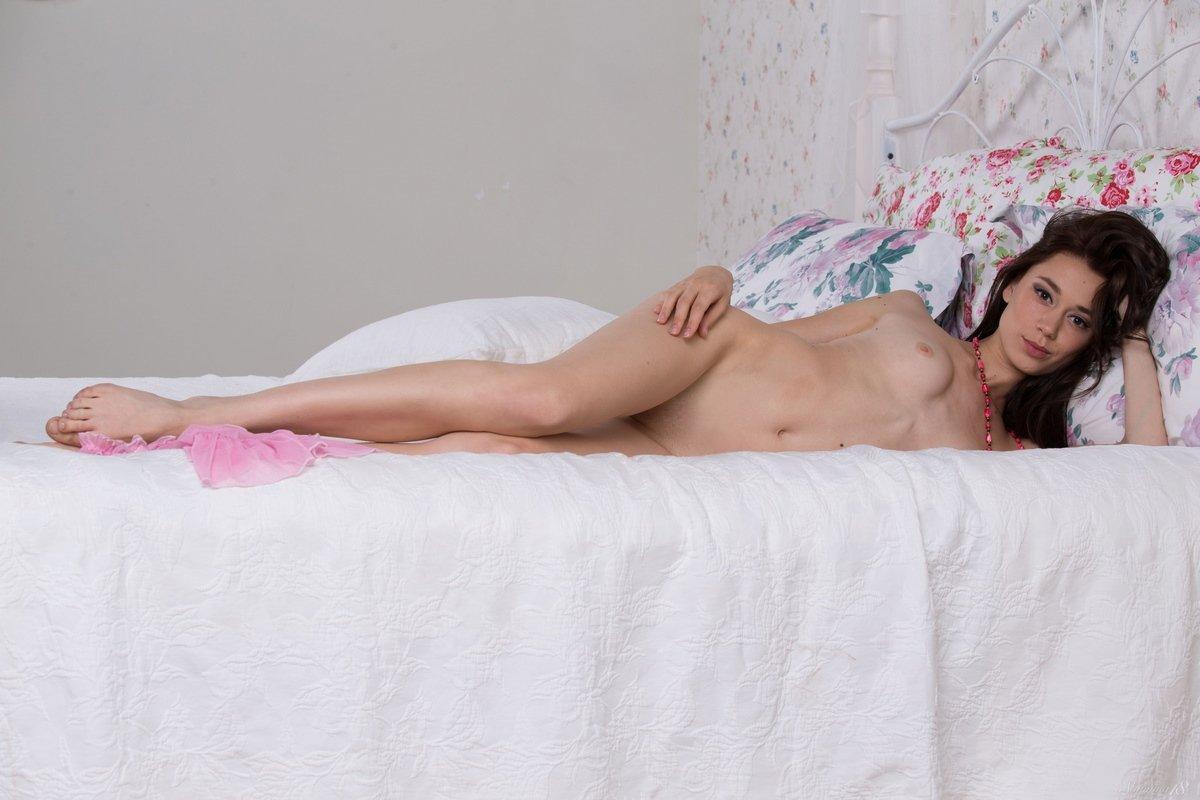 Девка с прекрасными ногами стягивает прозрачную розовую рубашку