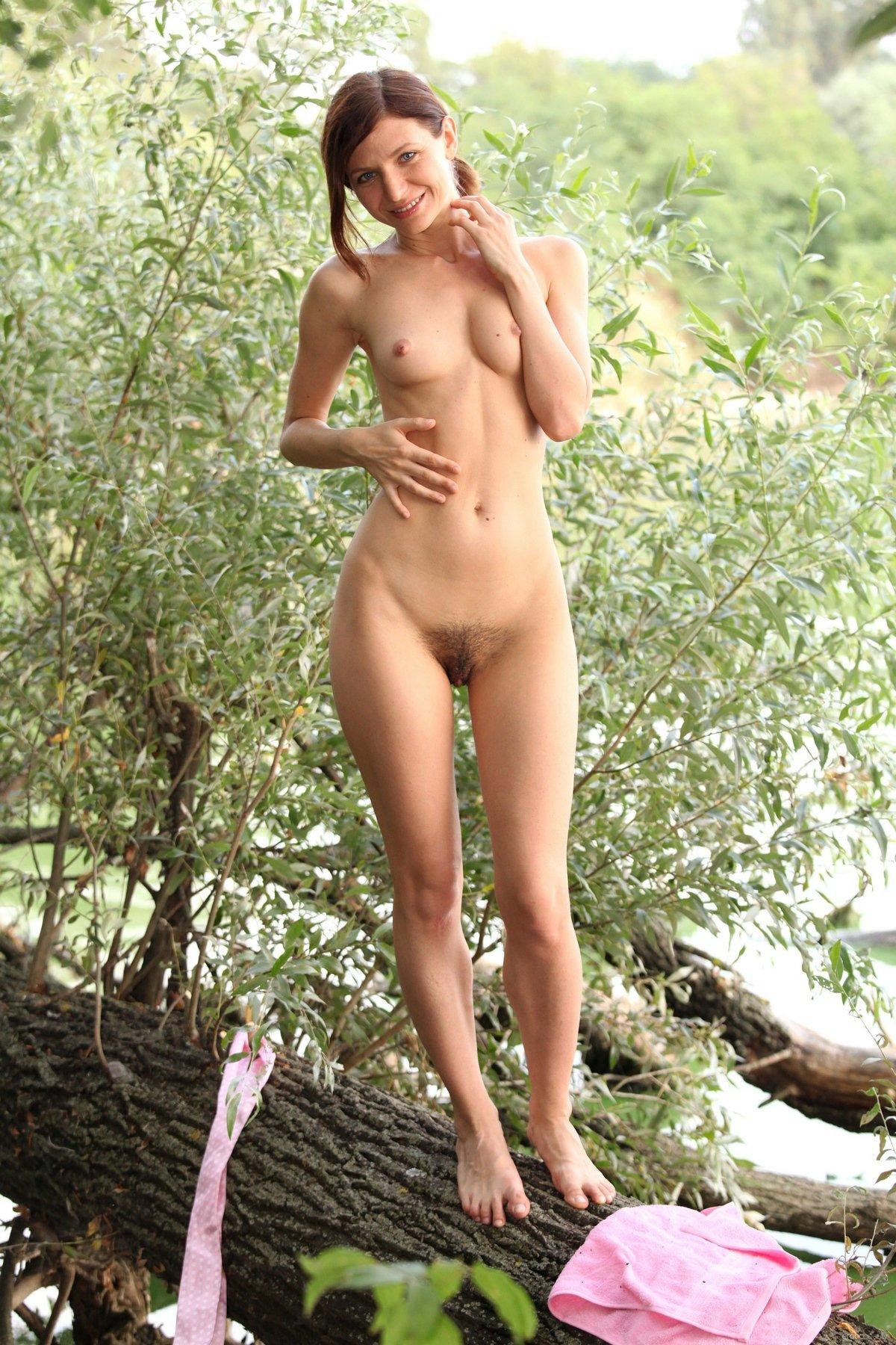 Девушка с небритой киской на берегу реки