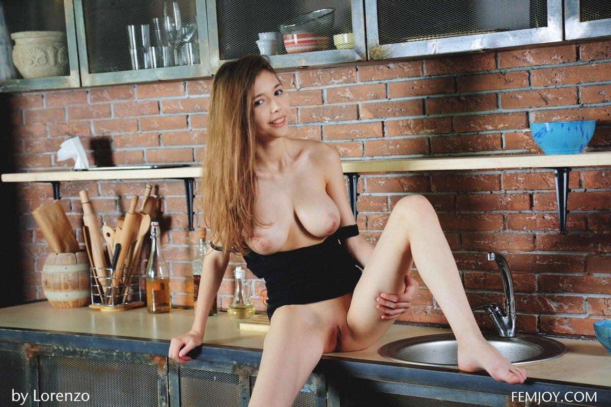 Сисястая красотка Milla на кухне