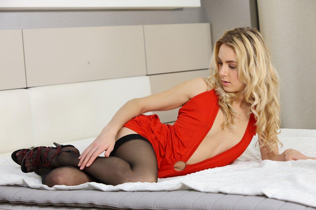 Девушка в чулках и в коротком красном платье