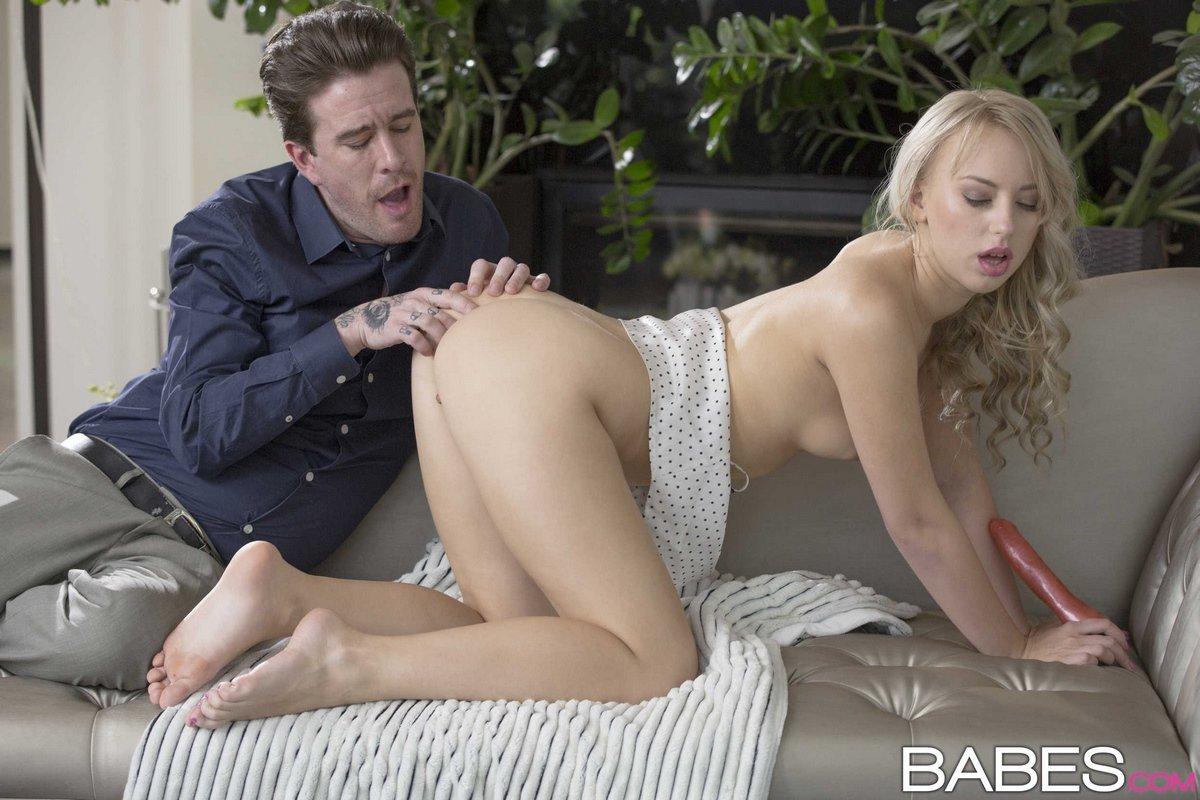 Красивая блондинка занимается сексом с парнем и с вибратором