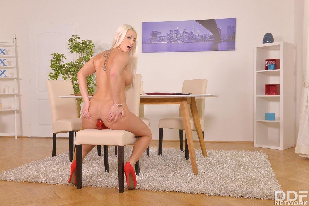 Блондиночка с большими дойками вставляет двуспальной силиконовый хер